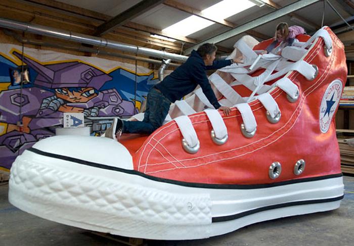 Converse - самый большой кед был представлен в Амстердаме